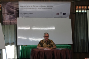 Prof. Dr. Willem van der Mollen memberikan materi.